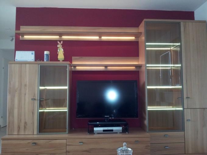 Wohnzimmerschrank mit Fachbeleuchtung